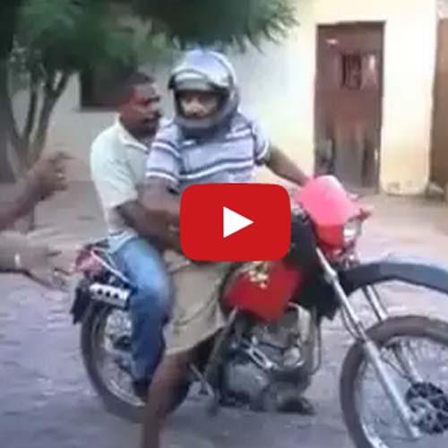 Dois bêbados e uma moto