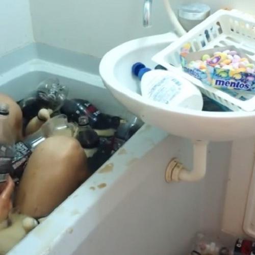 Esse cara pregou mentos no corpo e mergulhou em uma banheira de Coca...