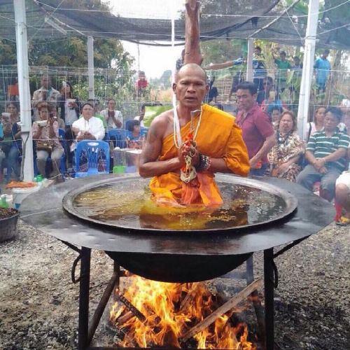 monge medita em banheira cheia de leo fervendo toa na